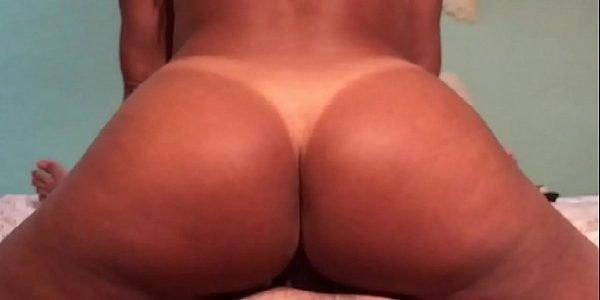 Amadora rabuda cavalga gostoso no sexo caseiro