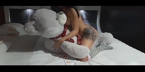 Novinha gostosa peladinha na cama acompanhante de luxo