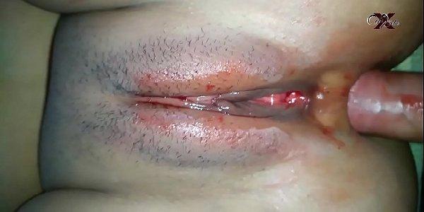 Sexo caseiro safadinha menstruada dando o cú